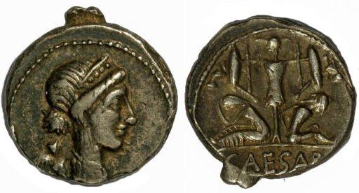 Moneda de César con trofeo y dos prisioneros.